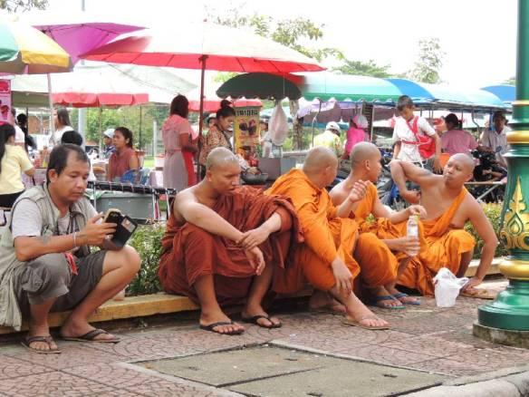 Sitzende Mönche